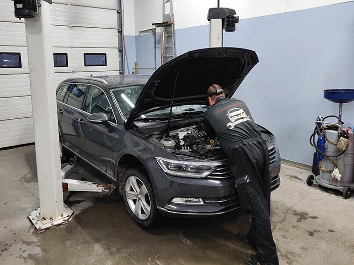 Autoa huolletaan Jäälin Autohuollossa