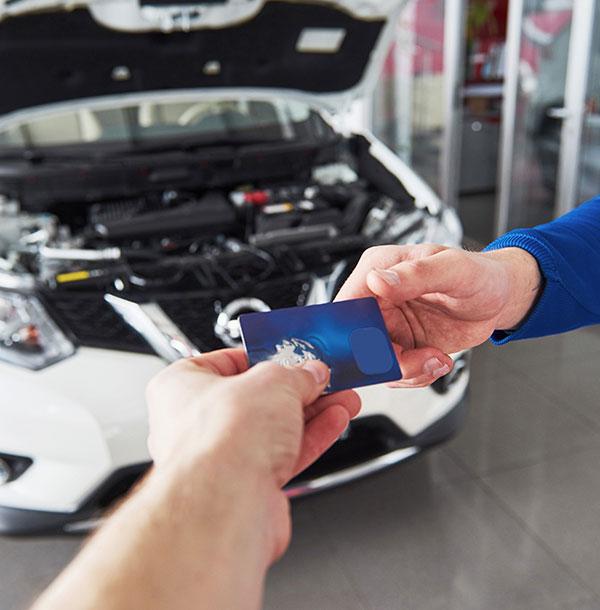 Autohuollon maksaminen